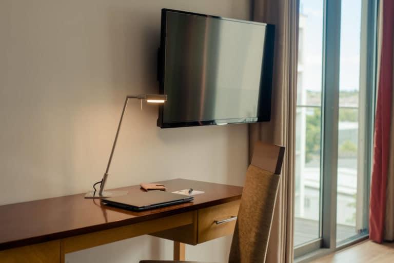 PREMIER SUITES Dublin Sandyford work desk with lamp
