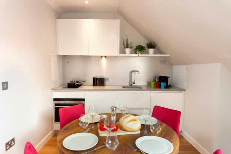 PREMIER SUITES PLUS Dublin Ballsbridge kitchen & dining table in two bed penthouse