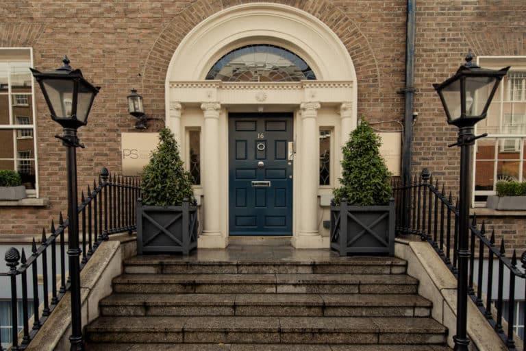 PREMIER SUITES PLUS Dublin Leeson Street view of front door from street